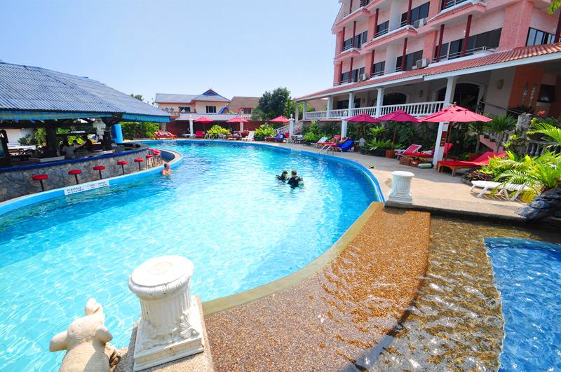 Бассейн отеля Eden Hotel Pattaya