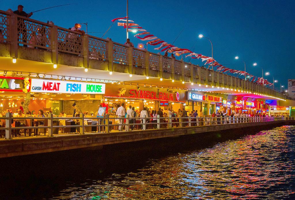 Куда сходить в Стамбуле вечером - рестораны под Галатским мостом
