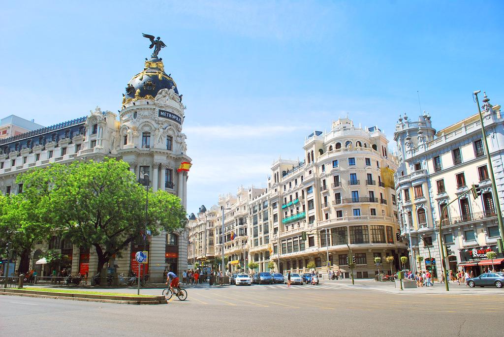 Улица Гран Виа - место для шоппинга в Мадриде