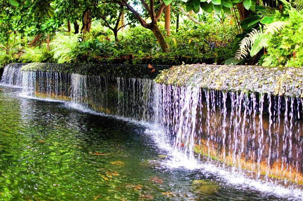 Водопад в ботаническом саду Сингапура
