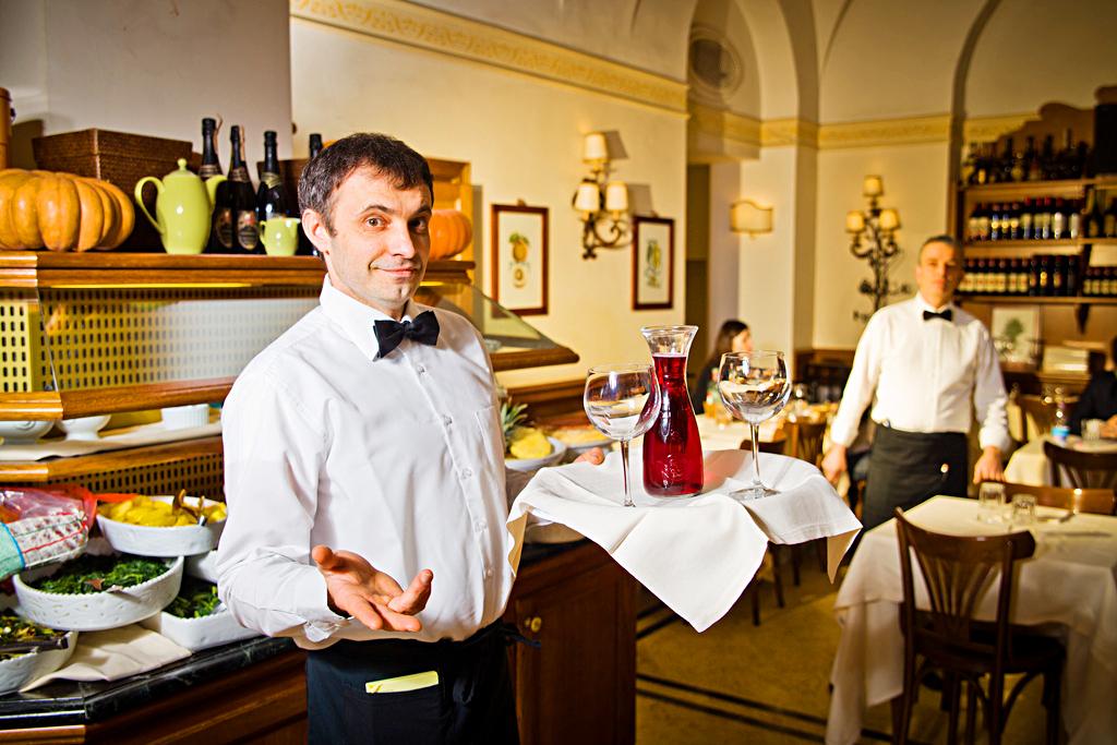 Поощрение чаевыми хорошего официанта