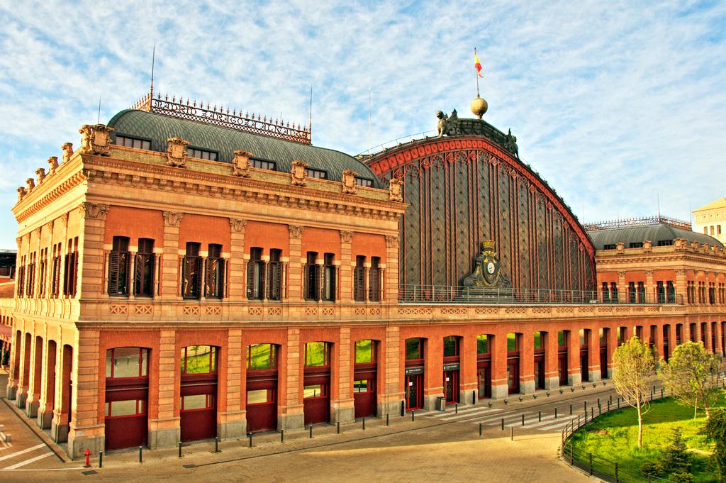 Фасад здания вокзала Аточа в Мадриде