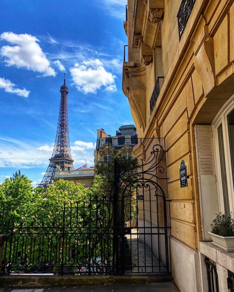 Фото: www.instagram.com/mattandleaabroad эйфелева башня 5 локаций, где можно посмотреть на Эйфелеву башню Avenue de Camoens 819x1024