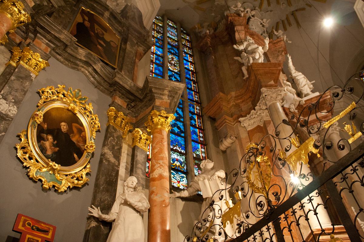 Интерьер костела Святых Иоанном в Вильнюсе