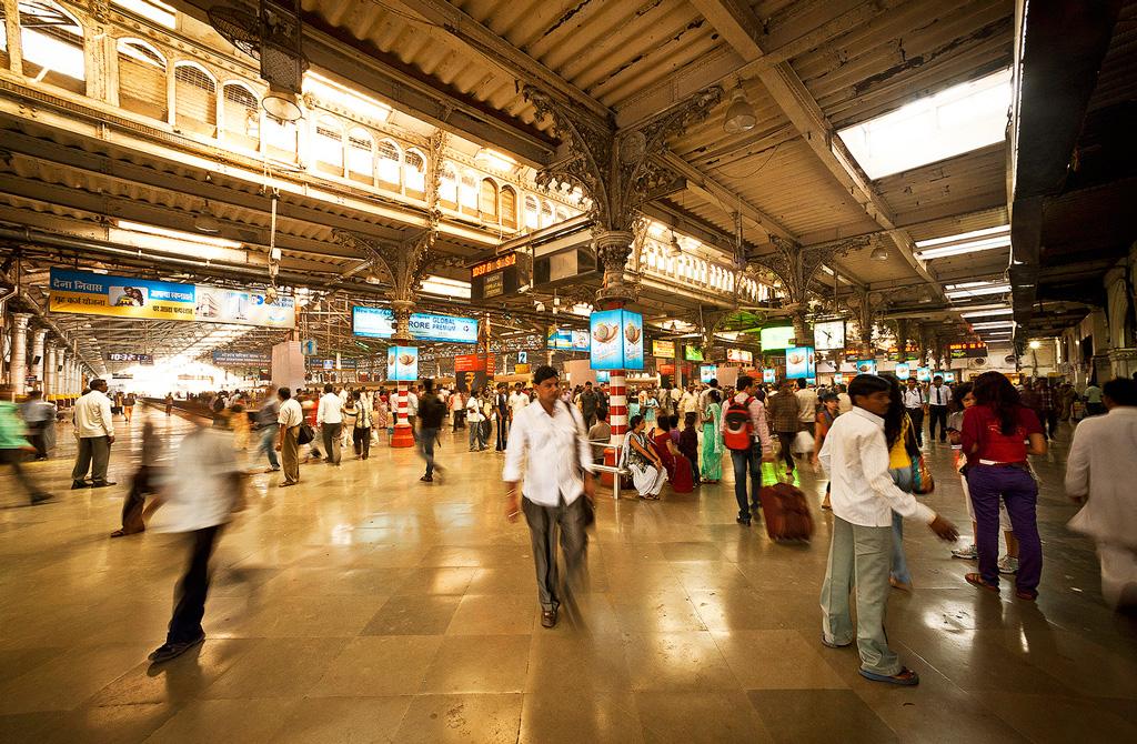 Внутри вокзала Чхатрапати Шиваджи в Мумбаи