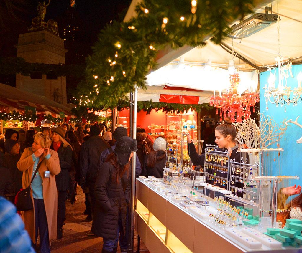 Рождественский рынок на Коламбус-серкл в Нью-Йорке