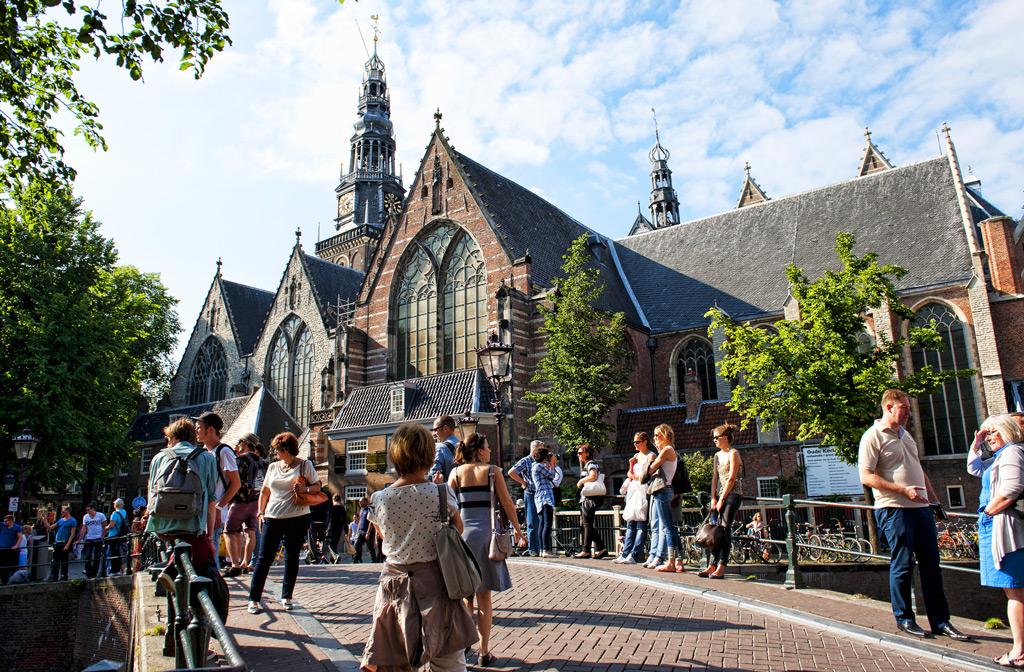 Старая церковь De Oude Kerk в квартале Роззе Бурт