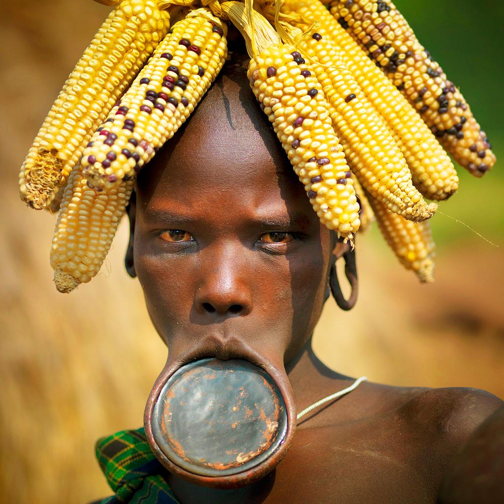 Девушка из эфиопского племени мурси