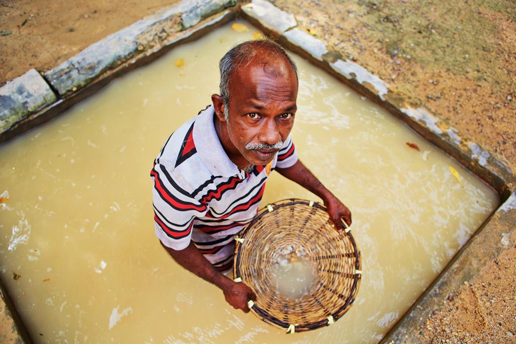 Рабочий добывающий драгоценные камни, Шри-Ланка