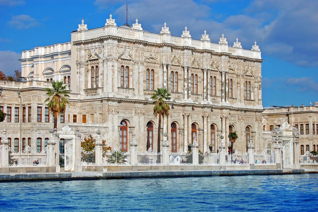 Вид на дворец Долмабахче со стороны  пролива, Стамбул