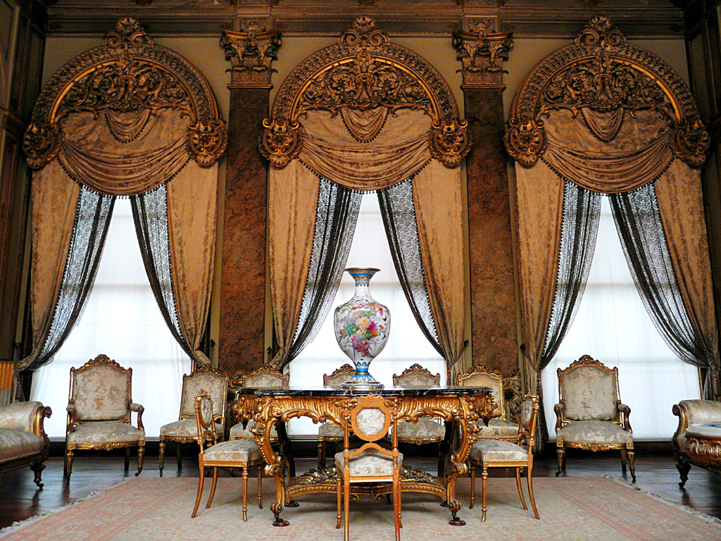 Один из залов дворца Долмабахче, Стамбул