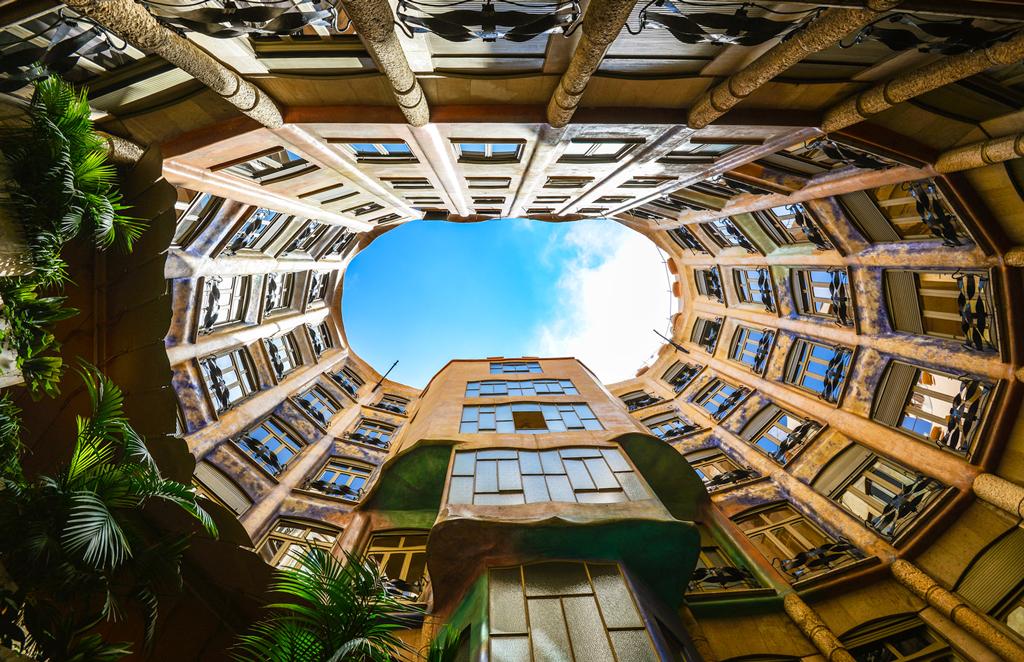 Дом Мила, внутренний двор, Барселона, Испания