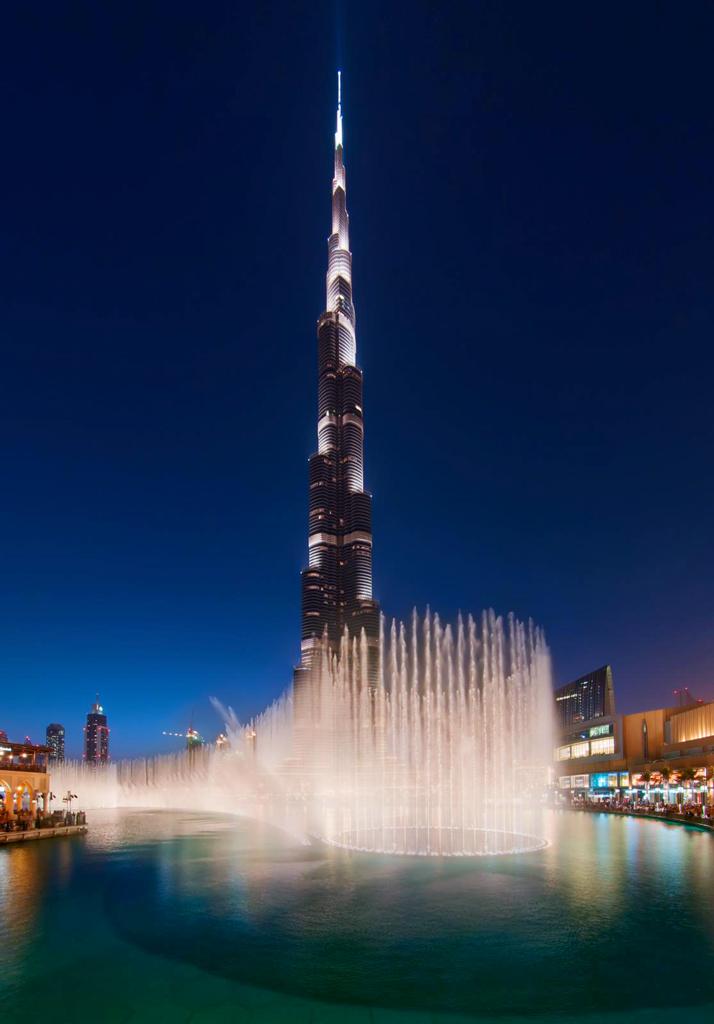 Танцующий фонтан и небоскрёб Бурдж-Халифа в Дубаи