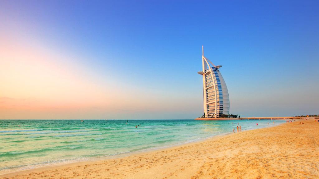 Пляж в Дубае - вид на отель Парус