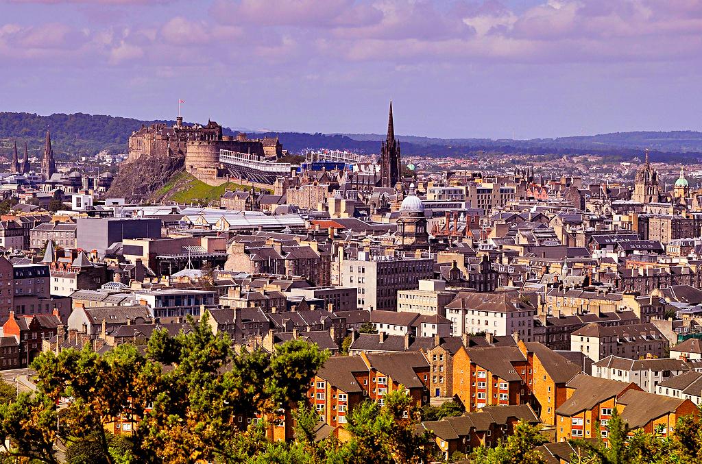 Вид на Эдинбург с холма Трон Артура