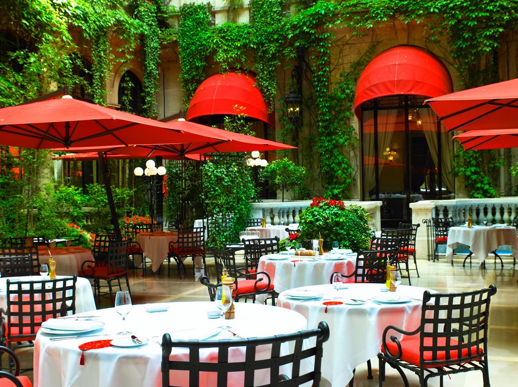 Ресторан в Hôtel Plaza Athénée, Париж, Франция