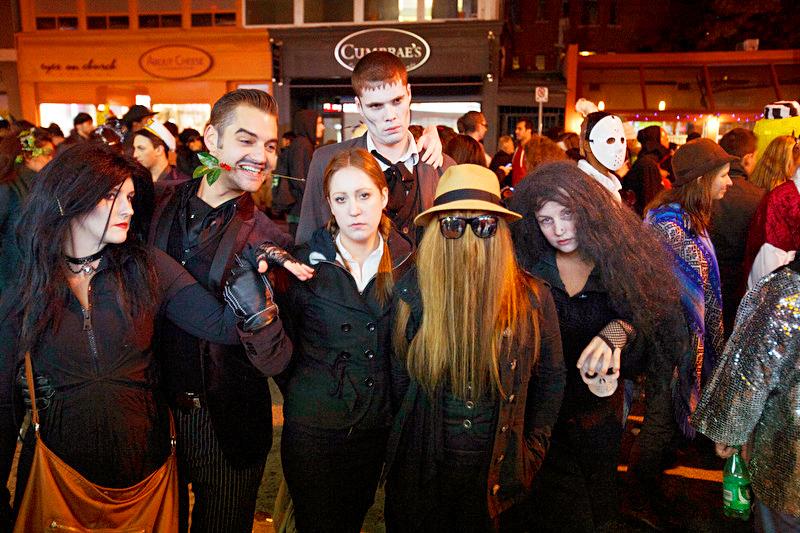 Хэллоуин в районе Черч-Уэллсли в Торонто