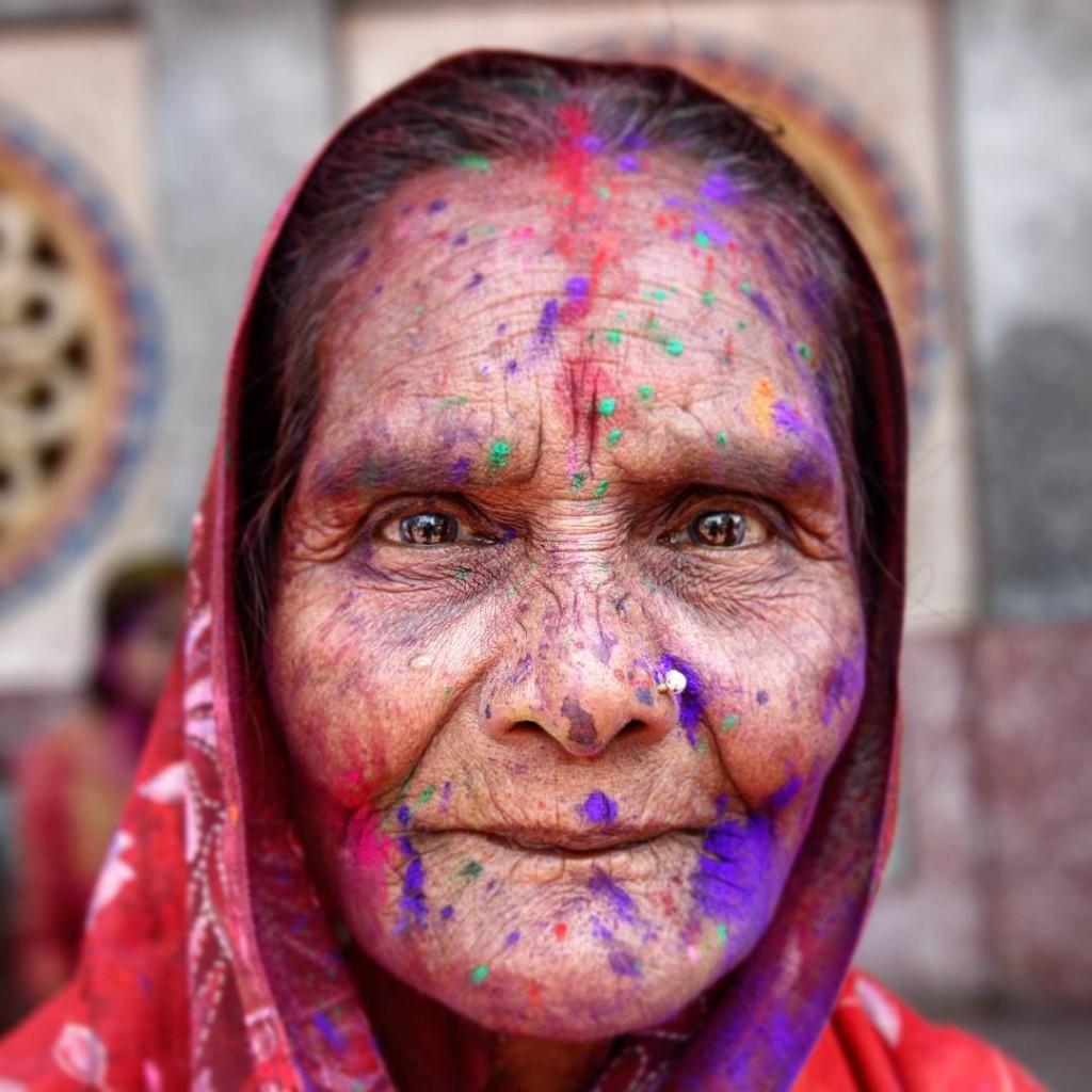 Все возрасты на празднике Холи, Индия