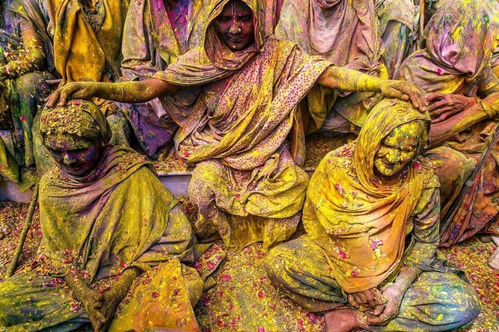 Яркие краски на празднике Холи в Индии