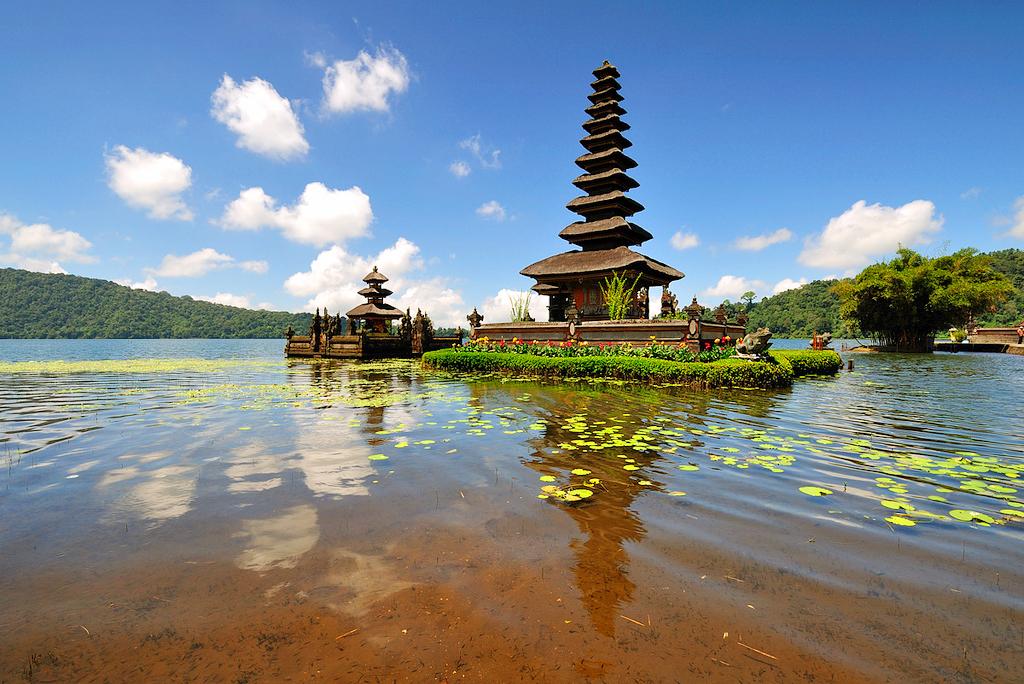 Храм Пура Улун Дану на озере Братан, Бали