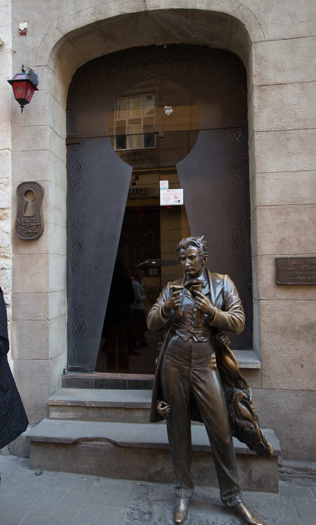 Скульптура Леопольда фон Захер-Мазоха возле арт-кафе Мазох