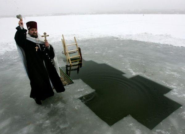 Освещение воды в проруби на Крещение