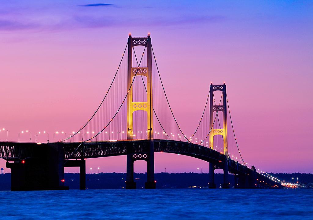 Мост Макинак над проливом Макино в Мичигане