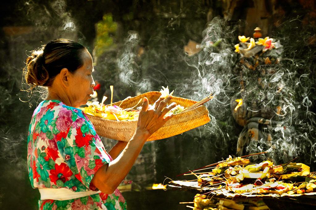 Молящаяся женщина, Бали