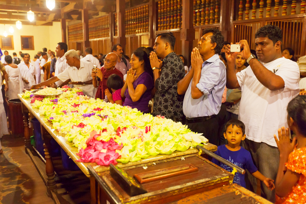 Молящиеся в Храме Зуба Будды, Канди, Шри-Ланка