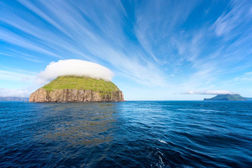 Остров Луйтла-Дуймун в шапке из облаков
