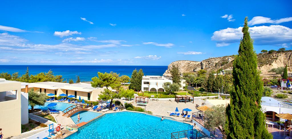 Вид на бассейн в отеле Porto angeli на Родосе