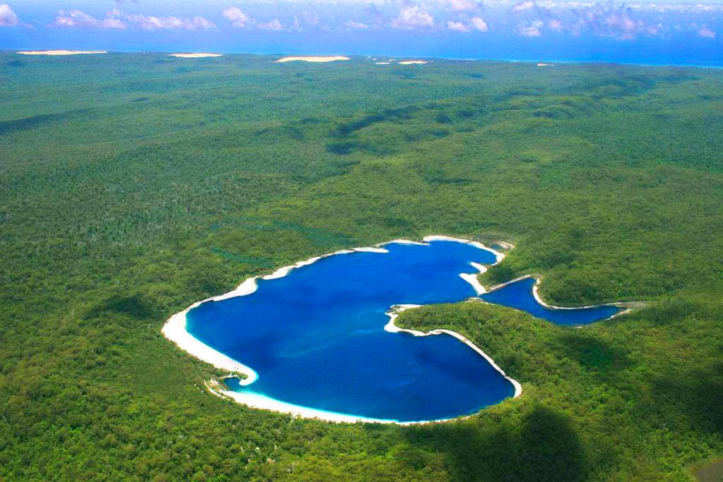 Озеро Маккензи, остров Фрейзер, Австралия