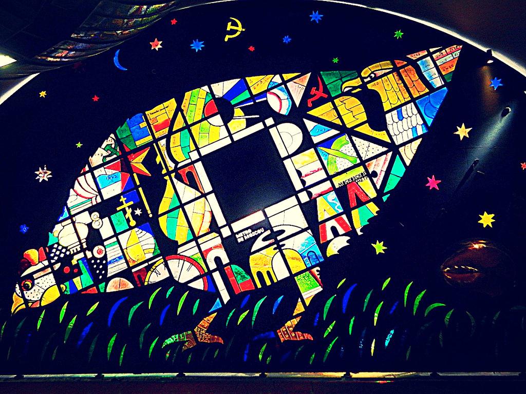 Витраж Курочка Ряба на станции метро Мадлен, Париж