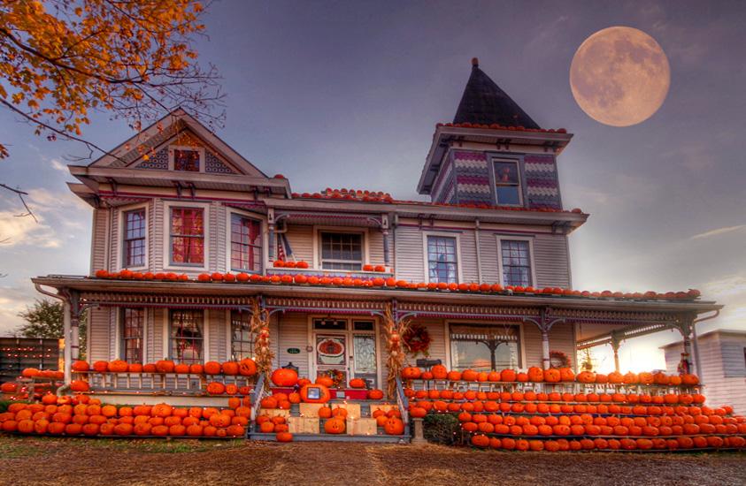 Дом, украшенный тыквами на Хэллоуин