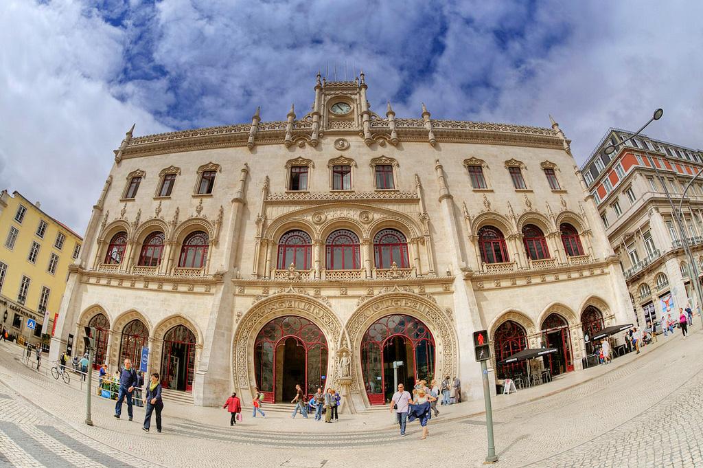 Главный вход вокзала Росиу в Лисабоне