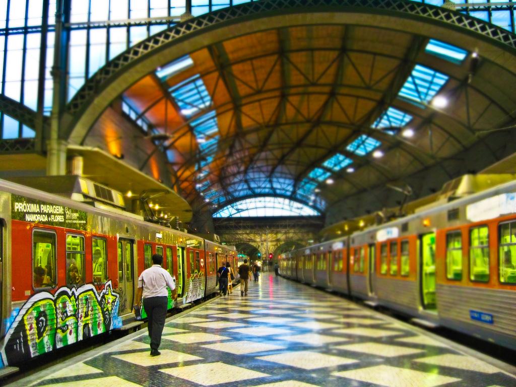 Платформа на вокзале Росиу в Лисабоне