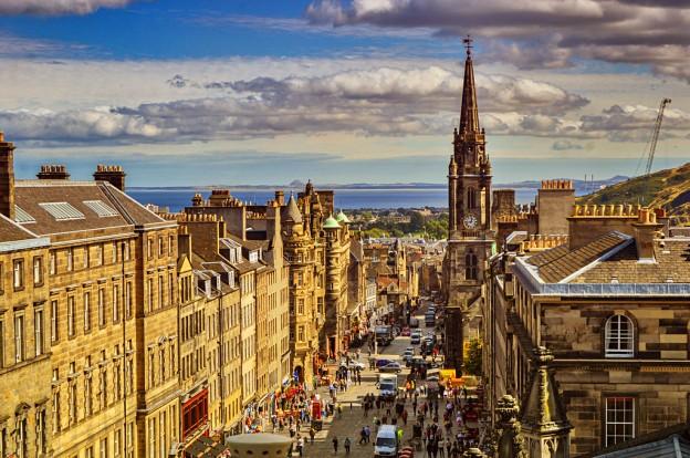 Вид на Королевскую Милю (Royal Mile) в Эдинбурге