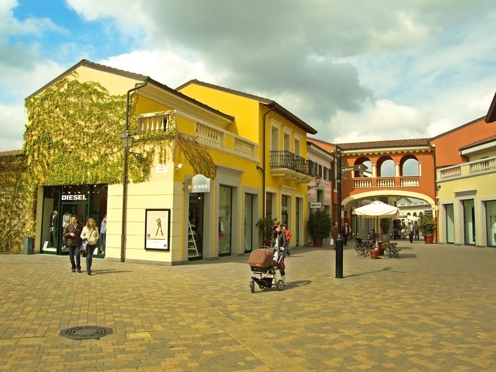 Дизайнерский аутлет Serravalle в Милане, Италия