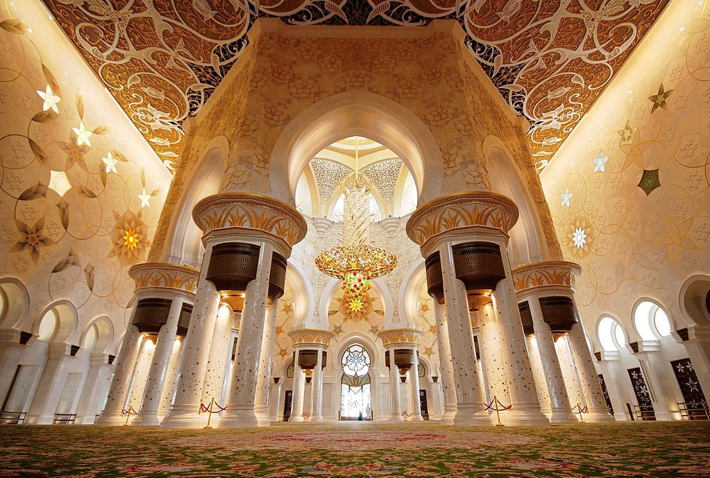 Ковер и люстра в Большой мечети шейха Зайда