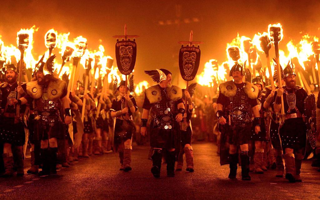 Шествие с факелами на фестивале Ап Хелли Аа