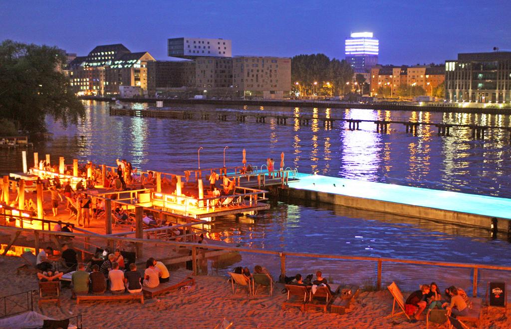 Вечер в Badeschiff, Берлин, Германия