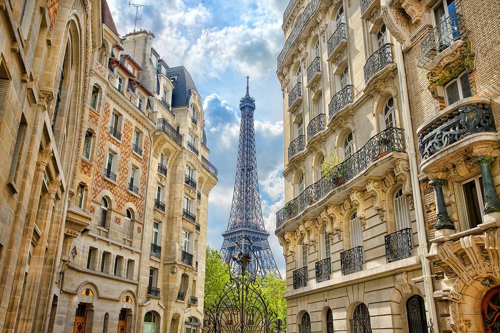 Вид на Эйфелеву башню с улиц Парижа