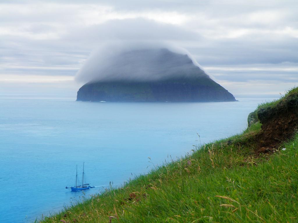 Вид остров Луйтла-Дуймун с острова Стоура-Дуймун, Фарерские острова