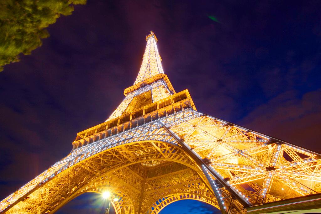 Взгляд на Эйфелеву башню снизу