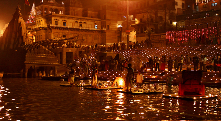 Дивали на реке Ганга в Индии