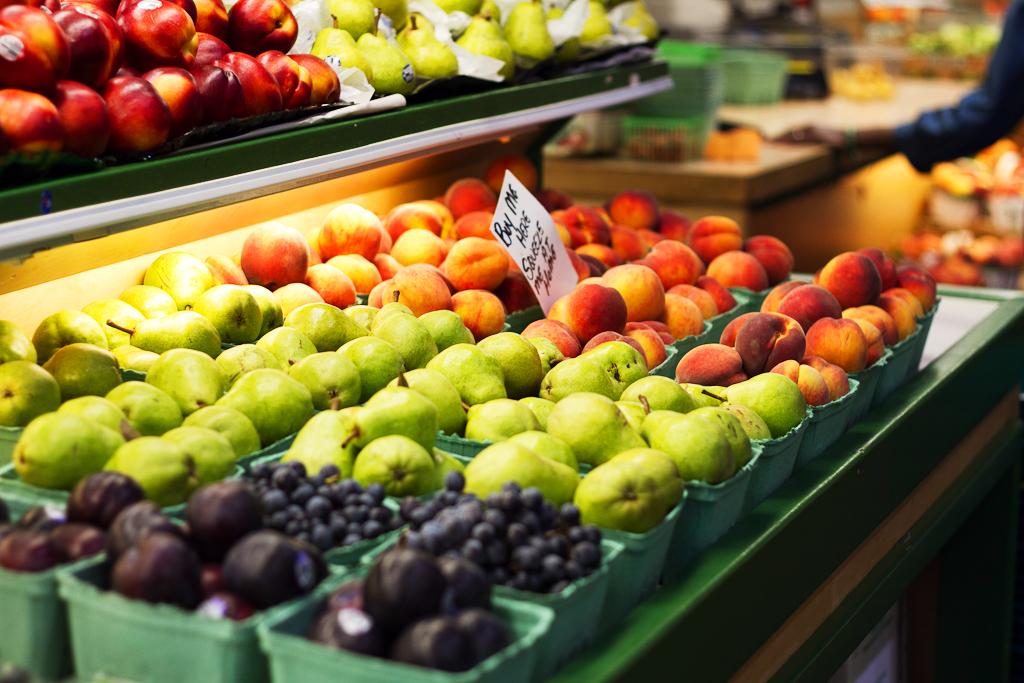 Продукты на фермерском рынке Сент-Лоуренс в Торонто