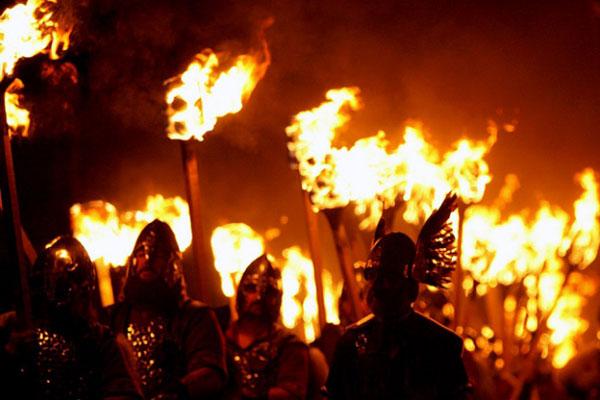 Шествие с факелами на Новый год в Эдинбурге