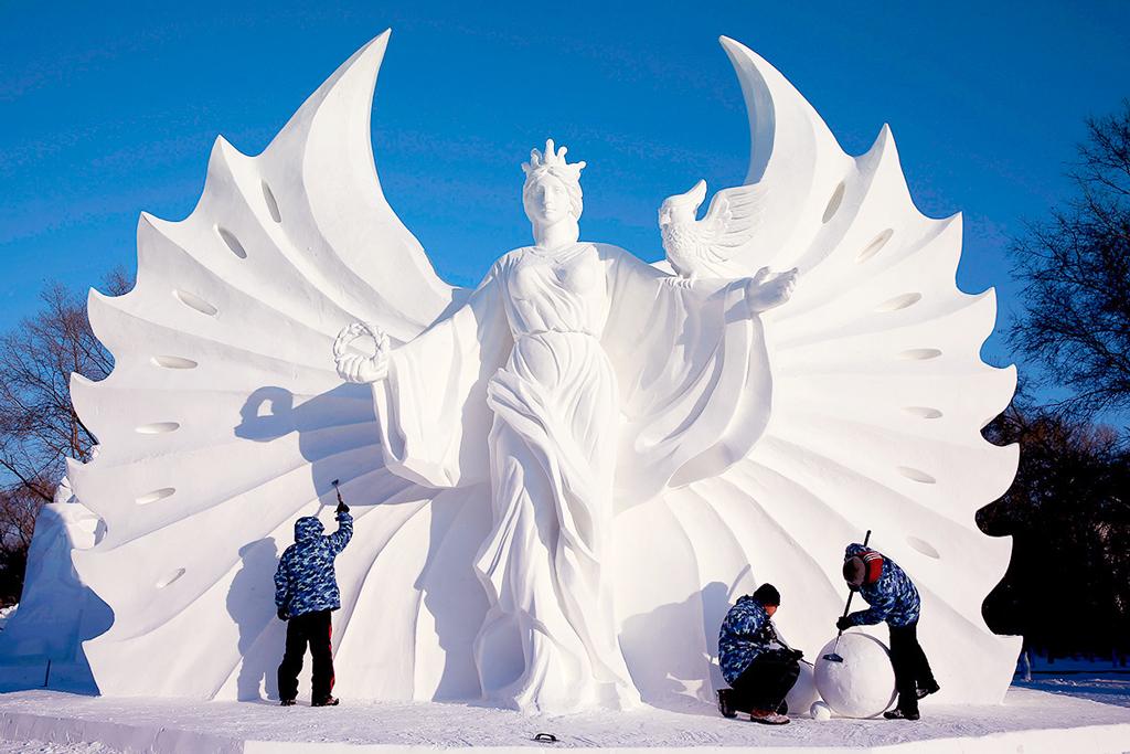 Скульптуры из снега и льда на фестивале в Харбине