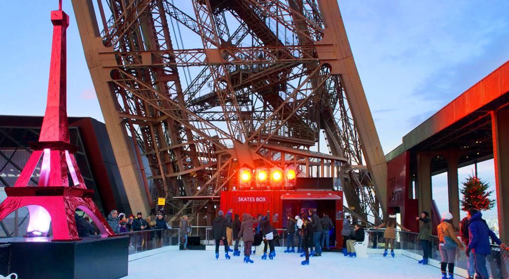 Ледовый каток на Эйфелевой башне в Париже