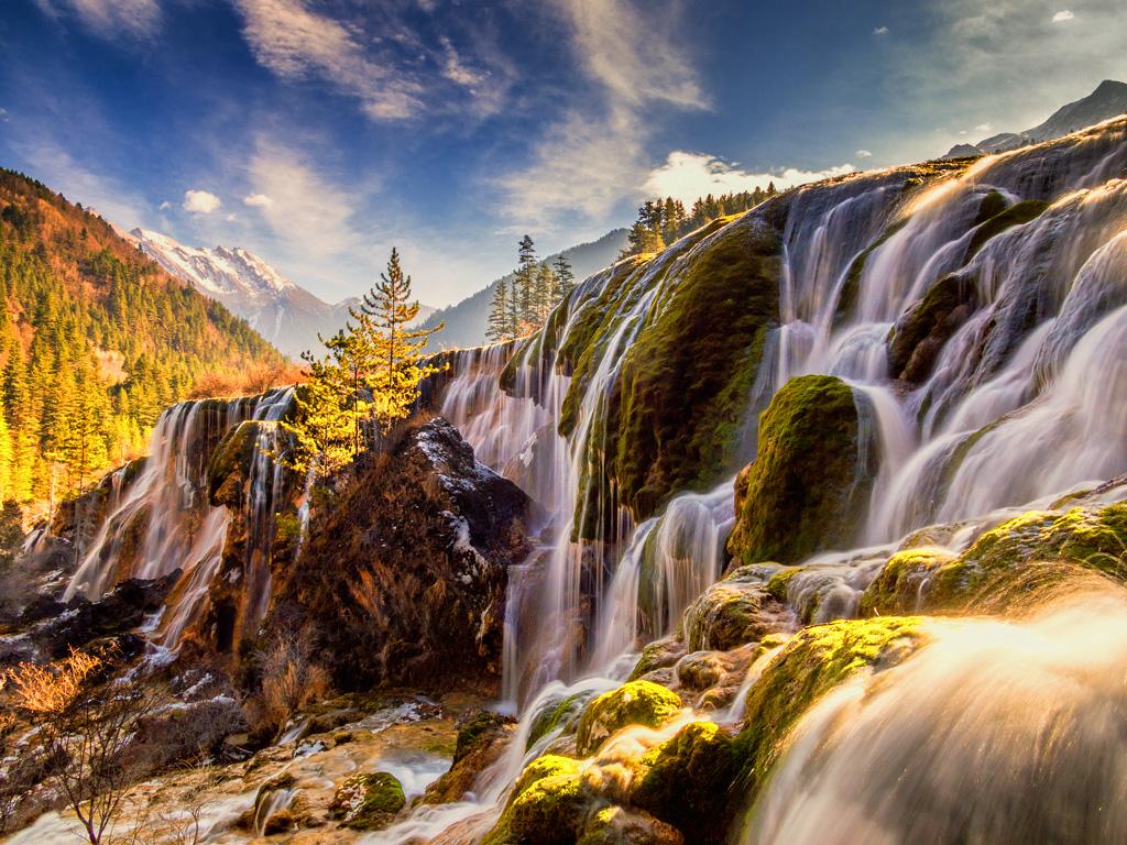 Водопад Чжэньчжутань в заповеднике Цзючжайгоу в Китае